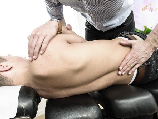 Seriøs og professionel justering og behandling af ryg